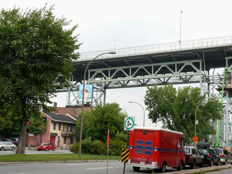 Montréal - Pont Jacques-Cartier - Viaduc d'accès en rive gauche: tablier reconstruit en 2001-2002 par le groupement SNC-Lavalin / Construction demathieu & bard / Montacier: solution dalles nervurées préfabriquées liées par précontrainte transversale