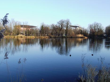 Canal de Jouy à Metz - A l'arrière-plan le stade de Saint-Symphorien