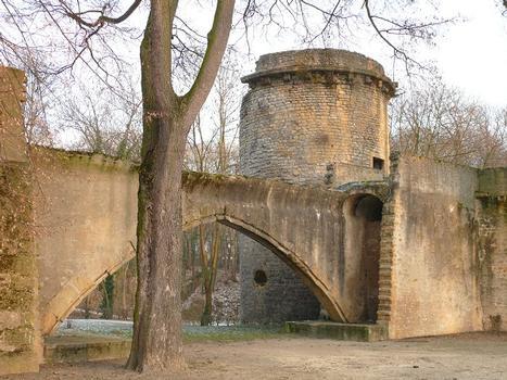Metz - Remparts médiévaux - La tour des Esprits et le pont des Grilles de la Basse-Seille
