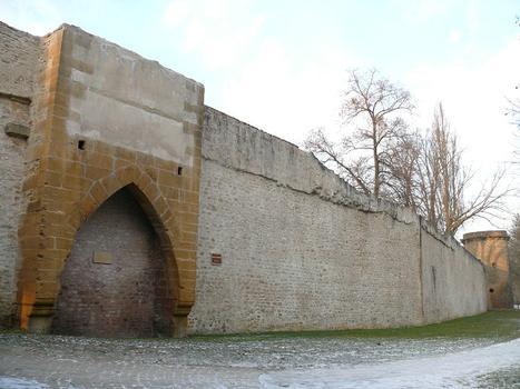 Metz - Remparts médiévaux - Tour des Chandelliers et les remparts jusqu'à la tour des Esprits