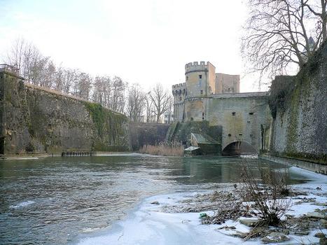 Metz - Remparts médiévaux - Porte des Allemands - Les remparts et la Seille à l'aval de la porte des Allemands
