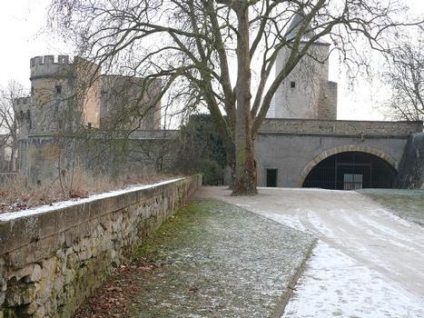 Metz - Remparts médiévaux - Porte des Allemands vue du terre-plein des remparts médiévaux