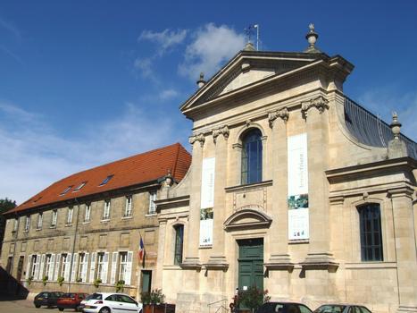 Vic-sur-Seille - Ancien couvent des Carmes - Façade de l'église et bâtiment du couvent (ancien hôtel de ville)