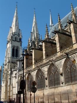 Moulins - Cathédrale Notre-Dame - Les tours et la nef construites au 19ème siècle quand la collégiale est transformée en cathédrale