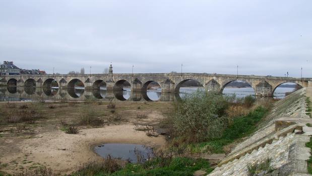 La Charité-sur-Loire - Pont de Pierre - Ensemble vu de l'amont en rive droite