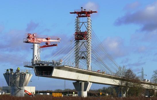 RN31 - Viaduc de Compiègne - Construction à l'avancement - Potence pour pose des voussoirs, mât de haubanage provisoire pour tenir les voussoirs préfabriqués de la travée en cours de pose