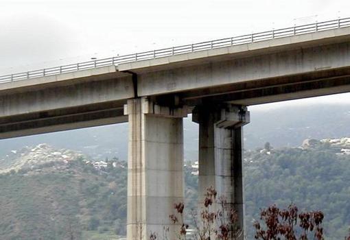 Autoroute A8.Viaduc de l'Oli.Joints sur piles entre les tabliers