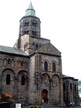 Orcival - Abbatiale - Vue du transept et du clocher
