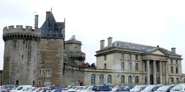 Alençon - Le Palais de Justice et le château des Ducs