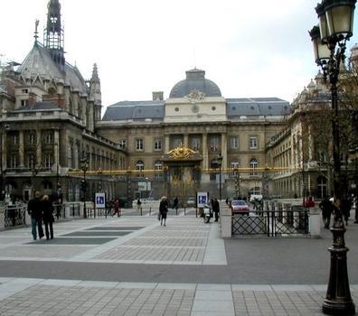Palais de justice and Sainte Chapelle in Paris