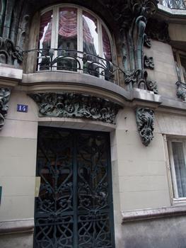 Paris 10 ème arrondissement - Immeuble du 14 rue d'Abbeville construit en 1901 par les architectes Alexandre et Edouard Autant. La décoration végétale en grès flammé d'Alexandre Bigot