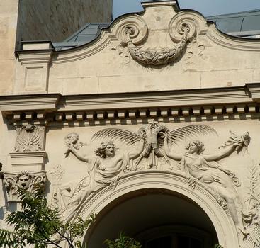 Paris - Théâtre des Gobelins - Façade avenue des Gobelins - Sculptures d'Auguste Renoir: le Drame (un homme) et la Comédie (une femme)