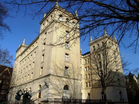 Cité Internationale Universitaire de Paris - Collège d'Espagne à côté du collège Franco-Britannique
