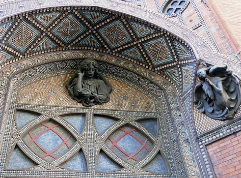 Paris 18 ème arrondissement - Eglise Saint-Jean-de-Montmartre - La façade de l'église et le clocher sont ornés de pastilles de grès flammé fabriquées par Alexandre Bigot