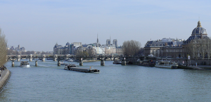 Paris 1 er arrondissement - Pont des Arts vu du pont du Carrousel, avec le collège des Quatre-Nations à droite et l'île de la Cité en arrière-plan