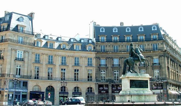 Place des Victoires - Les bâtiments d'origine et leurs transformations au cours du temps. La statue de Louis XIV au centre de la place