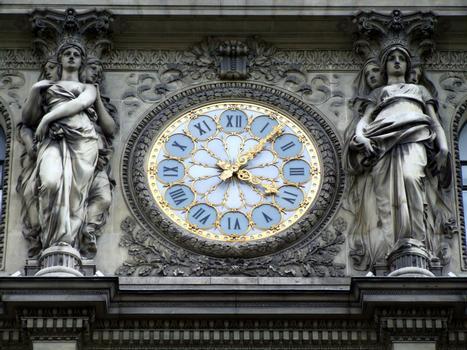 Immeuble du Crédit Lyonnais : 17-23 boulevard des Italiens - Façade du boulevard des Italiens - Avant-corps central imité du Louvre - Horloge