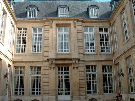 Paris - Hôtel de Guénégaud (architecte: François Mansart) construit de 1652 à 1655 - Musée de la Chasse et de la Nature - 60, rue des Archives - Façade sur cour