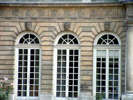 Paris - Archives Nationales - Hôtel de Rohan (architectes: Pierre-Alexis Delamair) construit de 1705 à 1708 - 87, rue Vieille-du-Temple - Façade sur jardin - Détail de la décoration