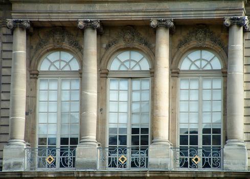 Paris - Archives Nationales - Hôtel de Rohan (architectes: Pierre-Alexis Delamair) construit de 1705 à 1708 - 87, rue Vieille-du-Temple - Façade sur jardin - Détail de la décoration de l'avant-corps central