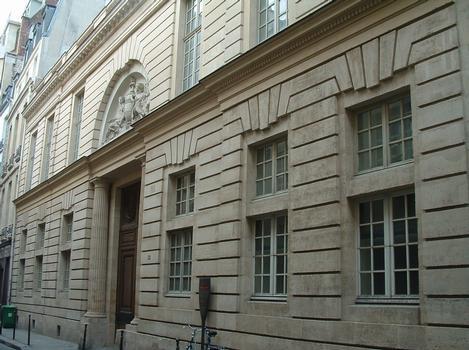 Paris - Hôtel d'Hallwyll (architecte: Claude-Nicolas Ledoux) construit de 1766 à 1767 - 28, rue Michel-le-Comte - Façade sur la rue