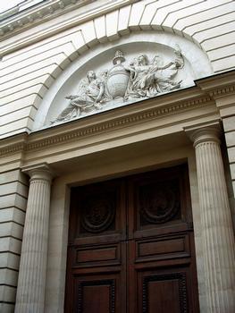 Paris - Hôtel d'Hallwyll (architecte: Claude-Nicolas Ledoux) construit de 1766 à 1767 - 28, rue Michel-le-Comte - Façade sur la rue - Portail d'entrée