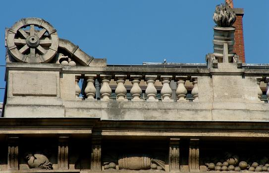Paris - 1, 3 rue de Sully - Grand Arsenal (bibliothèque de l'Arsenal) - Façade sur le boulevard Morland - Détail de la décoration d'angle
