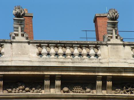 Paris - 1, 3 rue de Sully - Grand Arsenal (bibliothèque de l'Arsenal) - Façade sur le boulevard Morland - Détail de la décoration