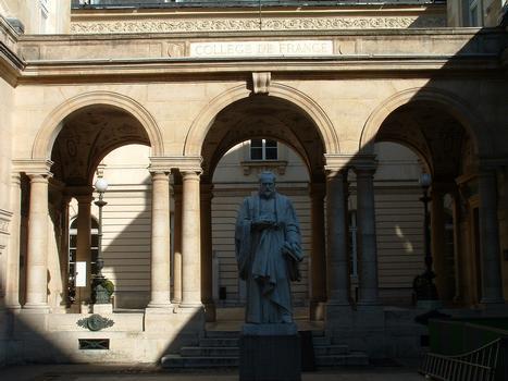 Paris - Collège de France - Cour vers la rue Saint-Jacques avec la statue de Guillaume Budé construite par Paul Letarouilly en 1831-1832