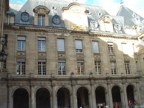 La Sorbonne : Galerie Nord de la Sorbonne nouvelle reconstruite à la fin du 19ème siècle et au début du 20ème siècle (architecte: Nénot)