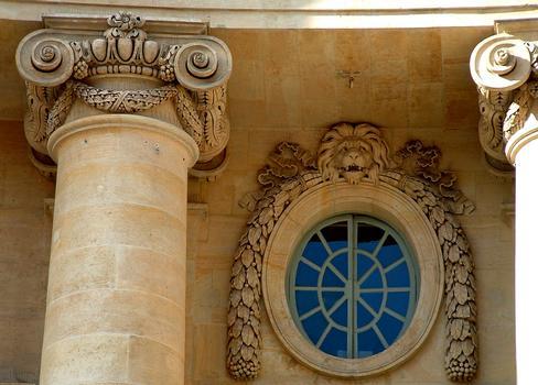 Paris - Faculté de Droit, 5 place du Panthéon - Façade principale construite par Soufflot - Détail de la décoration - Chapiteaux