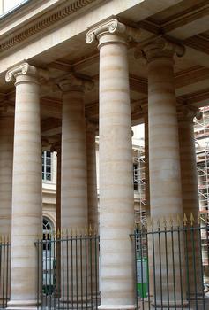 Paris - Université René Descartes (ancienne académie de chirurgie, faculté de médecine) - Colonnade de la façade sur le rue de l'Ecole-de-Médecine - Détail