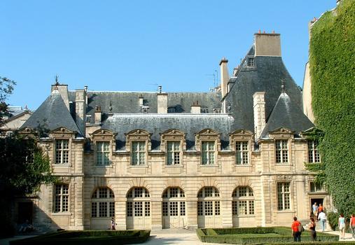 Paris - Hôtel de Sully - Orangerie et passage donnant sur la place des Vosges