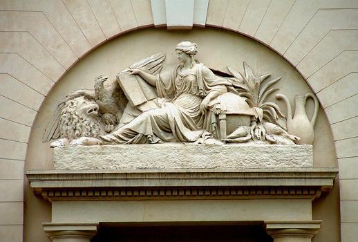 Paris - Museum National d'Histoire Naturelle - Jardin des plantes - Grand amphithéâtre par Edme Verniquet (1787-1788) et Molinos (1794) - Dessus de porte du Grand amphithéâtre représentant l'Histoire naturelle
