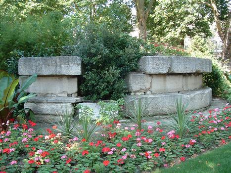 Vestiges de la base d'une des tours de la Bastille retrouvés au cours de fouilles. Ces vestiges ont été remontés dans un square près de la bibliothèque de l'Arsenal