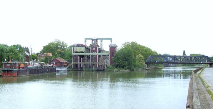 Arques - Ascenseur à bateaux des Fontinettes - Ensemble du site. A gauche, l'ascenseur. A droite, le canal a été reconstruit pour franchir la dénivellation avec une écluse