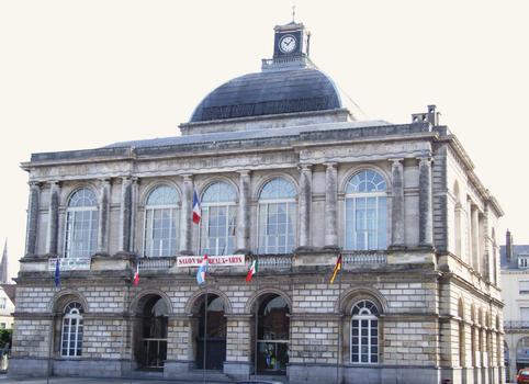 Saint-Omer - Hôtel de ville et théâtre