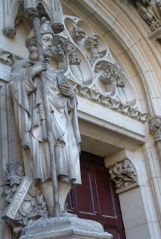 Pierrefonds - Château - Viollet-le-Duc représenté en pélerin de saint Jacques à l'entrée de la chapelle