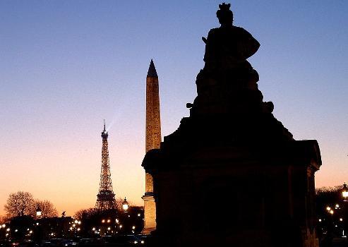 Place de la Concorde - Guérites d'Ange-Jacques Gabriel avec les statues, l'Obélisque et la Tour Eiffel le soir