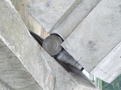 Auray - Pont de Kerplouz - Articulation métallique en pied de béquille
