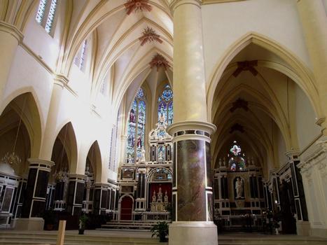 Remiremont - Eglise Saint-Pierre - Choeur avec rétable d'autel (1623) avec une chapelle latérale