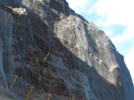 La Réunion - RN1 - Route du Littoral - Pose de filets et entretien de la falaise
