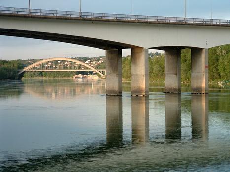Pont autoroutier de Givors - Piles dédoublées centrales et le viaduc de la Méditerranée en arrière plan