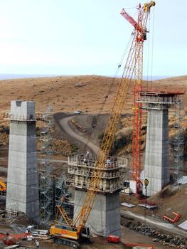 Route des Tamarins - Viaduc de Bras-Boucan Canot - Trois phases de construction: - construction d'une pile (bétonnage en cours), - fin de la construction d'une pile (démontage du coffrage) - réalisation d'un voussoir sur pile