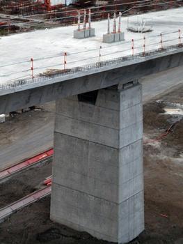 Viaduc de Fleurimont - Stabilisation d'un fléau en cours de construction par précontrainte verticale provisoire ancrée dans des blocs en béton sur le dessus du tablier et appuis provisoires en tête de pile