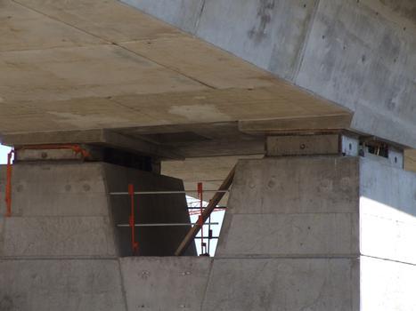 Viaduc de Fleurimont - Tête de pile - Encastrement provisoire en phase de construction à l'aide de cales en béton amé de part et d'autre de l'appareil d'appui à pot