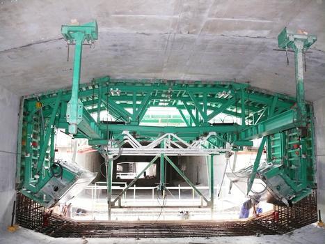 Route des Tamarins - Viaduc de Saint-Paul - Equipage mobile pour la réalisation du caisson central du tablier. Coffrage intérieur