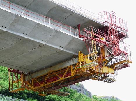 Route des Tamarins - Viaduc de Saint-Paul - Equipage mobile pour un voussoir courant. On aperçoit l'appui de la butée arrière inférieure de l'équipage au droit de l'âme