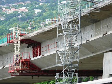 Route des Tamarins - Viaduc de Saint-Paul - Equipage spécial pour la réalisation des voussoirs de clavage entre fléaux