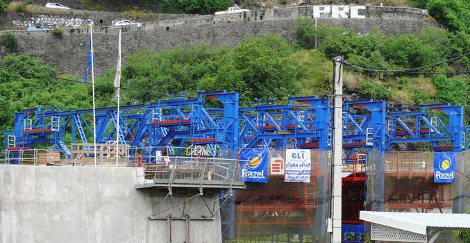 Route des Tamarins - Viaduc de Saint-Paul - Equipage pour la pose des butons et la réalisation de la seconde phase du hourdis supérieur. Cette seconde phase se fait d'une culée à l'autre lorsqu'au moins deux travées sont clavées